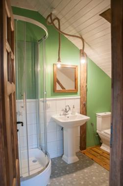 łazienka w pokoju szałwiowym